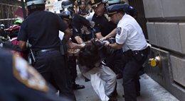 Foto: La Policía detiene a decenas de manifestantes que protestaban contra el cambio climático en Wall Street (REUTERS)