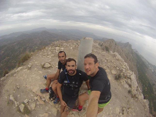 Los brigadistas de Imelsa en el pico de Bernia.
