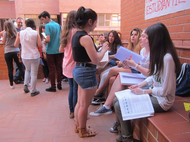 Estudiantes catalanes en las pruebas de Selectividad en la Facultad de Biología