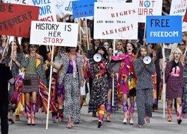 Chanel: Karl Lagerfeld, su particular protesta feminista en París