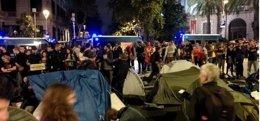 Foto: La acampada frente a la Delegación del Gobierno en Cataluña se disuelve durante la noche (CUP BARCELONA)