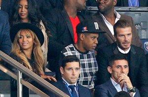 Foto: Beyoncé y Jay-Z con David Beckham en el partido del Barcelona (GETTY)
