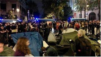 L'acampada davant de la Delegació del Govern central es dissol durant la nit