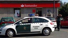 Foto: Dos hombres armados y encapuchados atracan un banco en Moeche (CEDIDA)