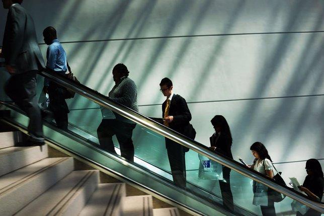 Empleo, trabajo, trabajadores, oficina, escaleras mecánicas
