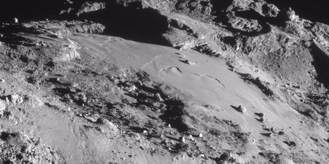 Superficie lisa del cometa 67P con uan roca piramidal