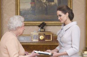 Foto: Angelina Jolie emocionada con el reconocimiento de Isabel II (CORDON PRESS)