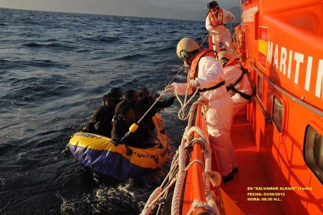 Imagen del rescate de los inmigrantes de una patera en Tarifa (Cádiz)