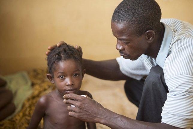 Un menor recibiendo atención por ébola en Liberia