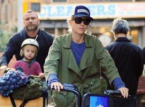 Foto: Naomi Watts y su peculiar forma de llevar a sus hijos (CORDONPRESS)