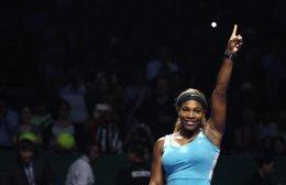 Foto: Serena Williams y Simona Halep vencen en la apertura de la Copa de Maestras (REUTERS)