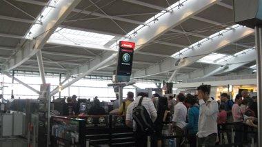 Foto: Heathrow cancela varios vuelos por los vientos remanentes del huracán Gonzalo (EUROPA PRESS)