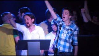 Vídeo: Pablo Iglesias, Íñigo Errejón y Pablo Hasél cantan La Internacional en la gala de La Tuerka 2012