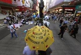 Foto: Unos 200 manifestantes marchan hacia la residencia del gobernador de Honk Kong (BOBBY YIP / REUTERS)