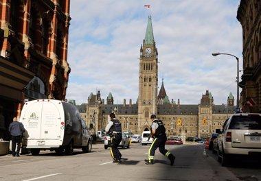 Foto: La Policía de Canadá mata a tiros en el Parlamento a un hombre armado (CHRIS WATTIE / REUTERS)
