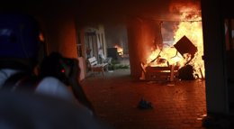 Foto: Manifestantes incendian el ayuntamiento de Iguala en protesta por la desaparición de los 43 estudiantes (JORGE LOPEZ / REUTERS)