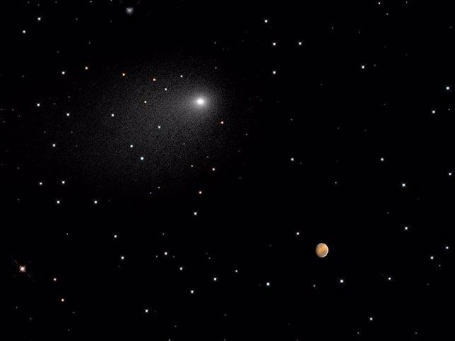 Foto del cometa Siding Spring junto a Marte