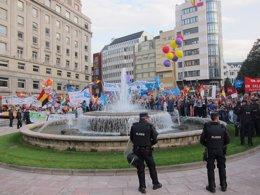 Foto: Reciben con urries a los Reis y convidaos a la ceremonia ante un espectacular despliegue policial (Europa Press)