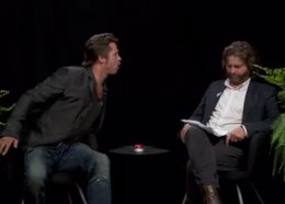 Foto: Brad Pitt escupe un chicle a la cara de Zach Galafianakis en plena entrevista (FUNNY OR DIE)