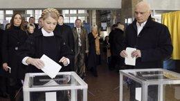 Foto: Timoshenko deposita su voto en las elecciones parlamentarias ucranianas (POOL NEW / REUTERS)