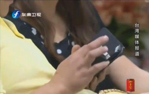 Un hombre se lesiona el cuello jugando en la cama con su iPhone