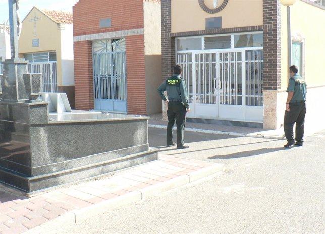 Agentes de la Guardia Civil en uno de los cementerios