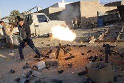 Un combatiente de Amacer de Libia dispara un mortero cerca de Trípoli