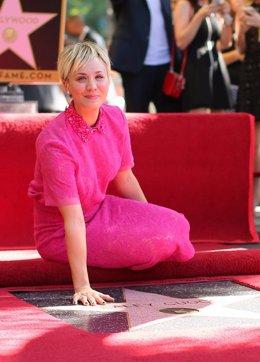 Foto: Kaley Cuoco ya tiene su estrella en el Paseo de la Fama de Hollywood (GETTY)