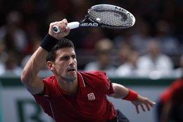 Foto: Djokovic y Federer no fallan y mantienen la pelea (REUTERS)