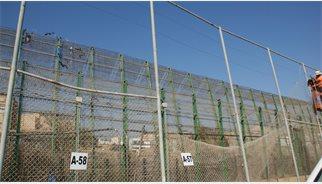 200 immigrants intenten saltar la tanca de Melilla