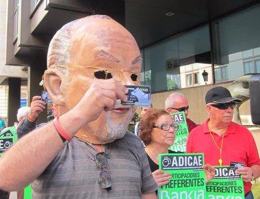 """Foto: ADICAE saca una tarjeta 'black' frente a la sede central de Bankia para pedir el fin de los """"abusos"""" de la banca (EUROPA PRESS)"""