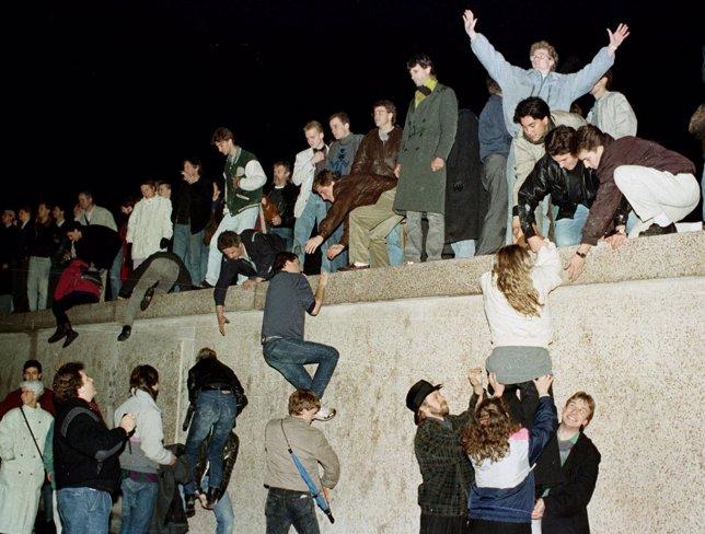 3. Ciudadanos de Alemania del Este escalan al Muro
