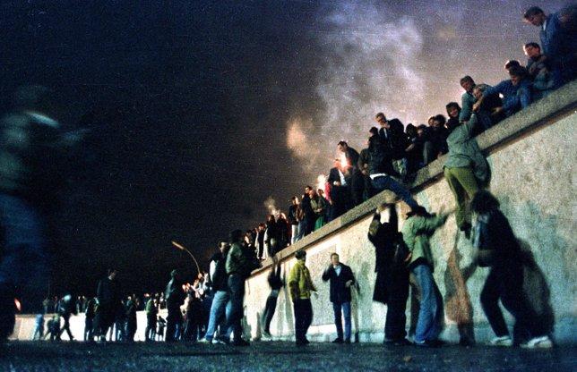 4. Alemanes del este se suben al Muro para celebra