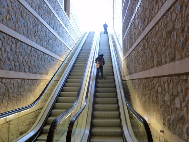 Una ca da m ltiple en las escaleras mec nicas se salda con for Escaleras toledo