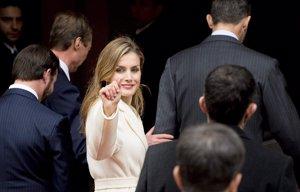 Foto: Reina Letizia: Tirando de armario con su abrigo blanco de la visita del Papa (CORDON)