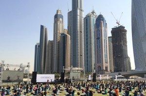 Foto: Dubái se convierte por un día en la capital mundial del yoga con su masterclass (OYSHO )