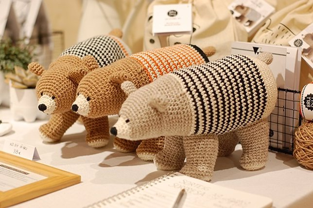 Creación de ganchillo en el mercado benéfico 'handmade' We Love Cats Market