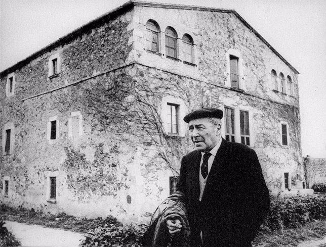 Josep Fran delante de la masía donde vivía, el 'Mas Pla', en Llofriu (Girona)