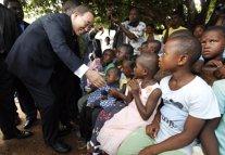Ban Ki Moon con niños desplazados internos en Costa de Marfil en 2011