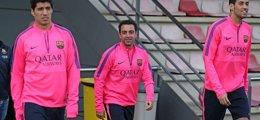 Foto: Vermaelen, de nuevo lesionado, e Iniesta, bajas ante el APOEL (MIGUEL RUIZ-FCB)