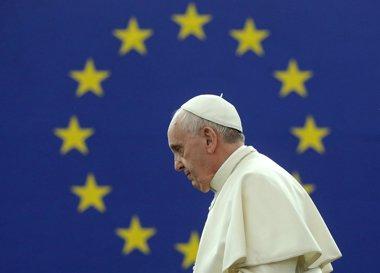 Foto: El Papa defiende ante la Eurocámara la dignidad del hombre y alerta de las consecuencias de la crisis en la sociedad (CHRISTIAN HARTMANN / REUTERS)