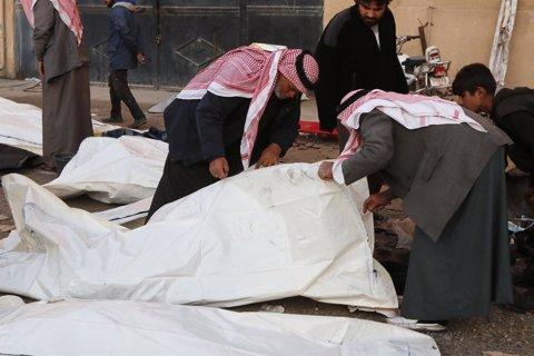 Personas identifican a víctimas tras bombardeo de aviación siria en Raqqa