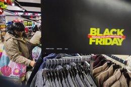 Foto: Guía para no perderse las ofertas del 'Black Friday' (REUTERS)