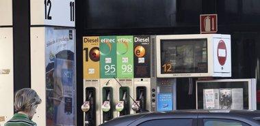 Foto: El precio del gasóleo cae un 1,6% y baja de los 1,25 euros (EUROPA PRESS)