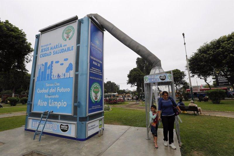 Un 39 rbol met lico 39 reduce el aire contaminado en per for Como purificar el aire contaminado