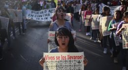 Foto: México.- La esposa del gobernador de Guerrero enarbola una bandera blanca y se une a un mitin por los 43 'normalistas' (JORGE LOPEZ / REUTERS)