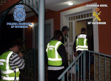 Foto: Detenidas dos mujeres y un hombre con 7,5 kilos de cocaína ocultos en dobles fondos de un turismo (GUARDIA CIVIL)