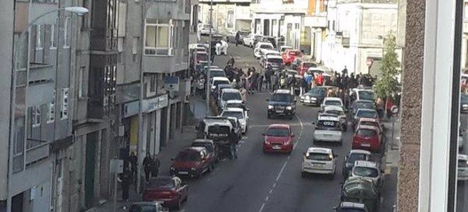 Foto: Una policía y un ladrón mueren en un tiroteo durante un atraco a un banco en Vigo (@MI_LP / TWITTER)