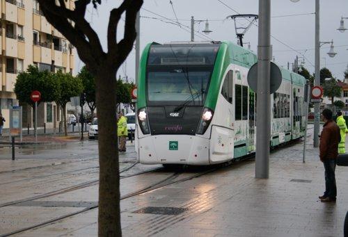 Tren tranvía de la Bahía de Cádiz a su paso por San Fernando
