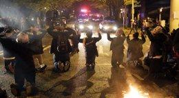 Foto: EEUU.- Manifestantes sabotean las ventas de 'Viernes Negro' en Ferguson y otras ciudades de EEUU (JASON REDMOND / REUTERS)